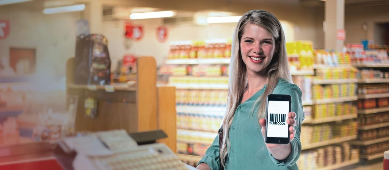 Frau zeigt Handy mit Blue Code